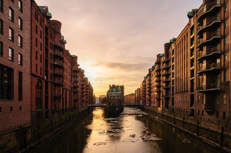 Watercastle dans le vieux secteur d'entrepôt à Hambourg le soir avec des feuilles de glace sur l'Elbe image stock