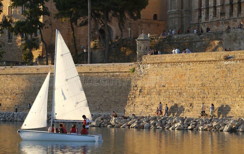 Watercraft de la navegación en el lago de marcha del la de Parc de cerca de las paredes defensivas viejas en Palma de Mallorca foto de archivo libre de regalías