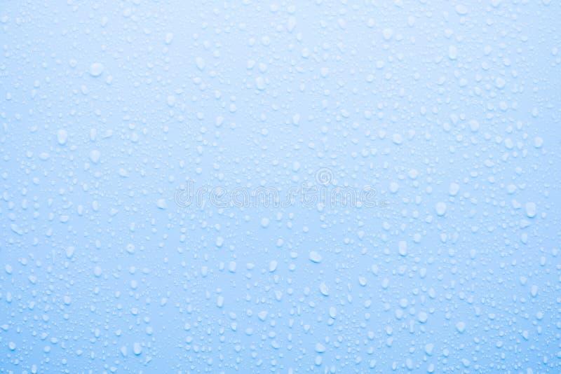 Waterdaling op blauwe oppervlakte royalty-vrije stock foto's