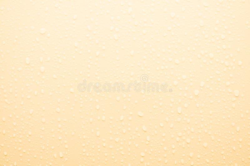 Waterdaling op gele oppervlakte royalty-vrije stock foto's