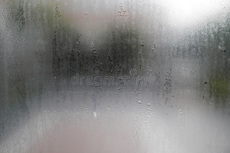 Waterdaling op glasvensters stock foto