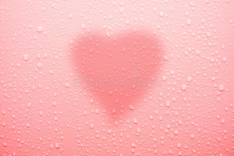 Waterdaling op roze oppervlakte voor liefde en valentijnskaart royalty-vrije stock foto