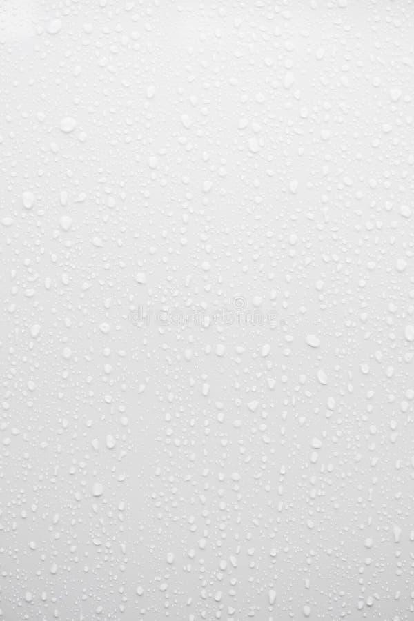 Waterdaling op witte oppervlakte royalty-vrije stock fotografie