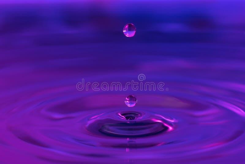 Waterdalingen die in water bespatten royalty-vrije stock foto