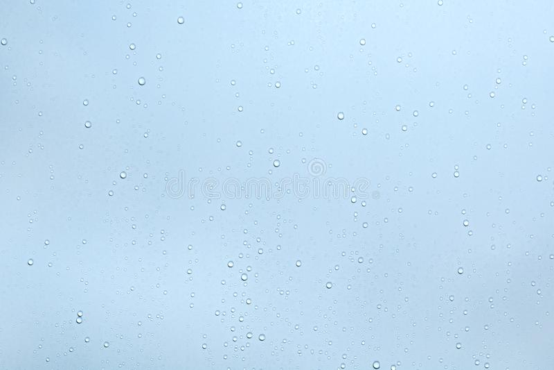 Waterdalingen op blauwe oppervlakteachtergrond stock afbeeldingen