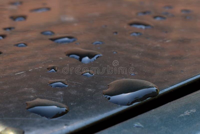 Waterdalingen op de oppervlakte van de auto na de regen royalty-vrije stock fotografie