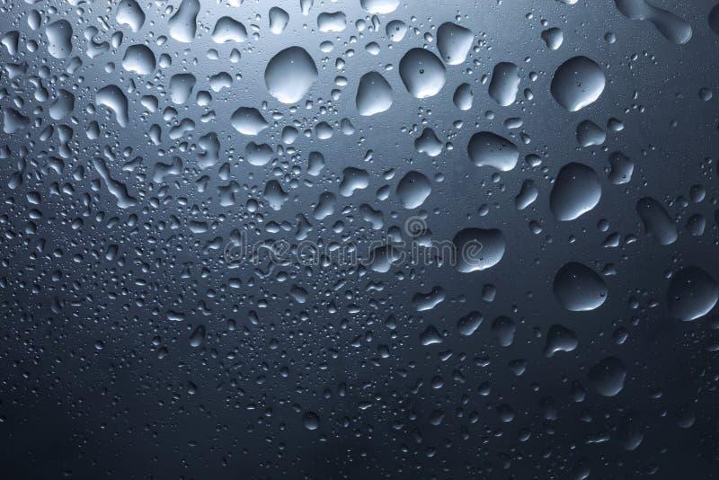 Waterdalingen op donkere muur en licht, waterdaling voor achtergrond en ontwerp royalty-vrije stock foto's