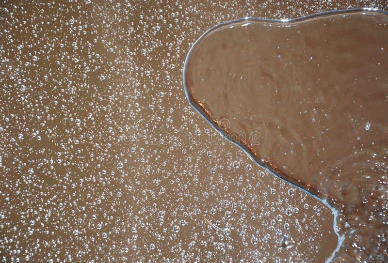 Waterdalingen op een spiegel royalty-vrije stock afbeelding