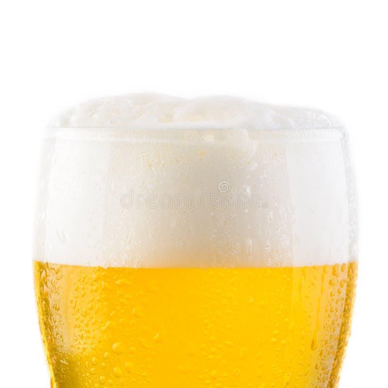 Waterdalingen op glas koud vers licht bier stock foto