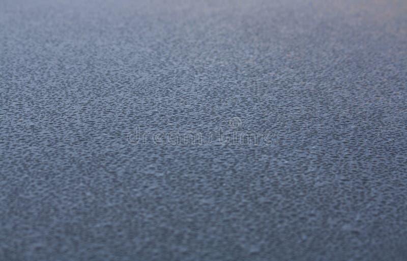 Waterdalingen op het dak van een auto royalty-vrije stock afbeelding