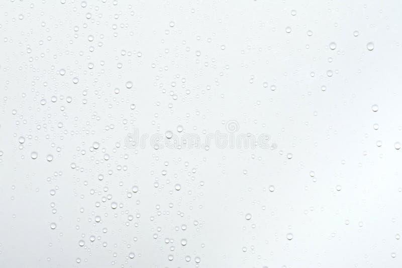 Waterdalingen op witte oppervlakteachtergrond royalty-vrije stock fotografie