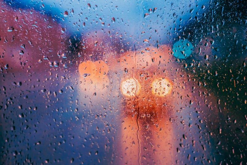 Waterdalingen van regen op glasachtergrond De Lichtenou van straatbokeh royalty-vrije stock afbeelding