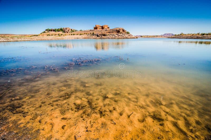 Waterdam in woestijn dichtbij Ouarzazate in Marokko royalty-vrije stock foto