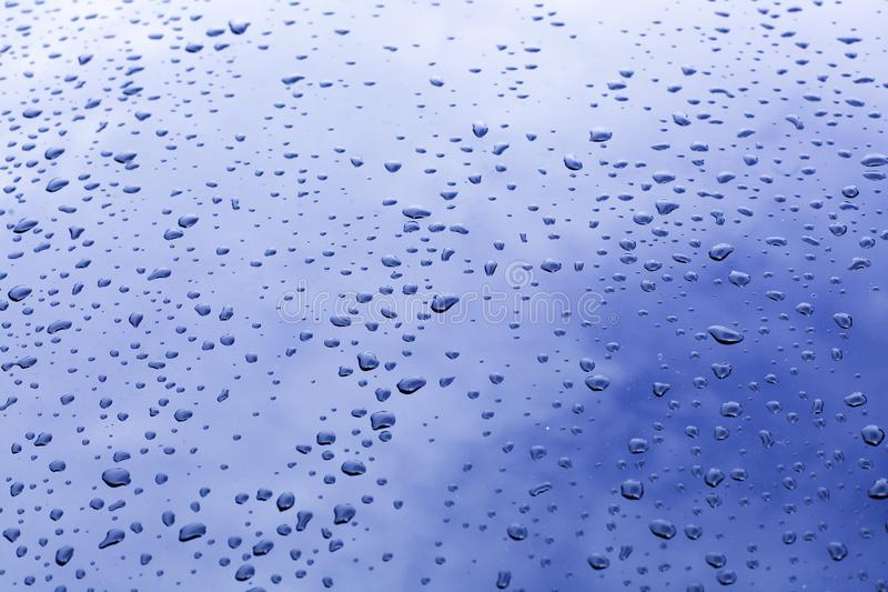 Waterdrop sur le verre avec la réflexion du ciel bleu image libre de droits