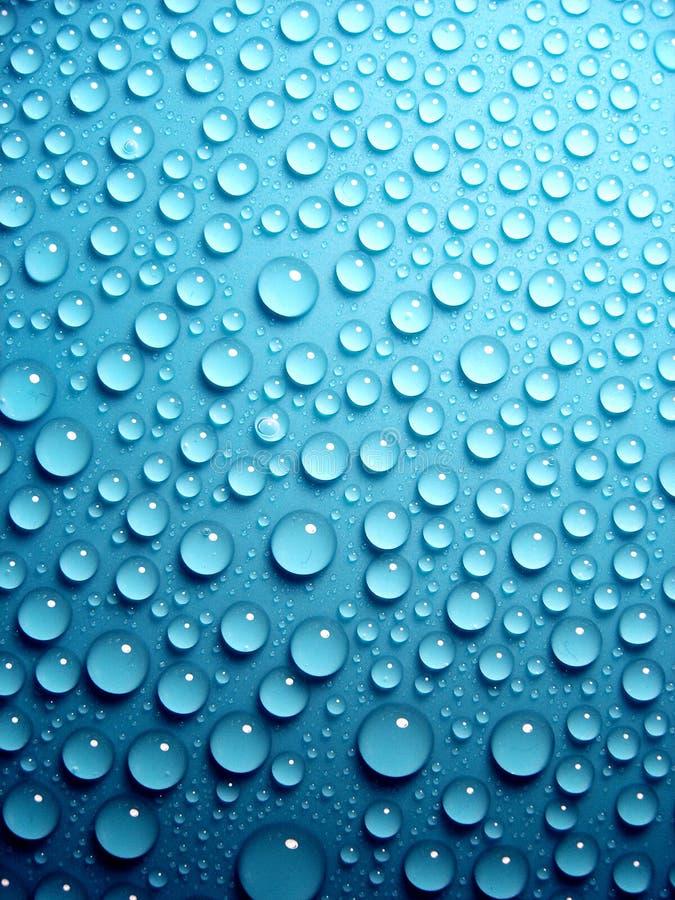 Waterdrops no azul imagens de stock