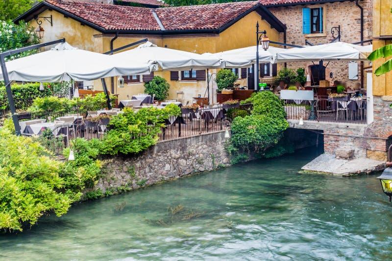 Wateren en oud restaurant van Italiaans middeleeuws dorp stock fotografie