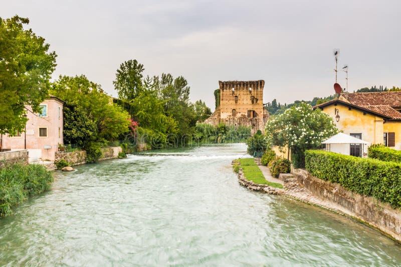Wateren en oude gebouwen van Italiaans middeleeuws dorp royalty-vrije stock fotografie