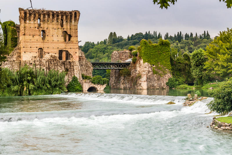 Wateren en oude gebouwen van Italiaans middeleeuws dorp stock foto's
