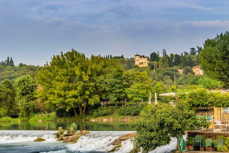 Wateren en oude gebouwen van Italiaans middeleeuws dorp stock afbeeldingen