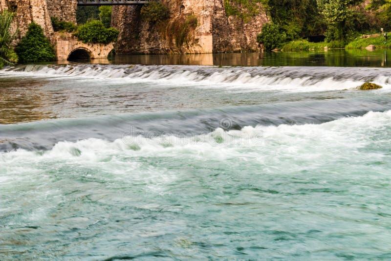 Wateren en oude gebouwen van Italiaans middeleeuws dorp royalty-vrije stock afbeelding