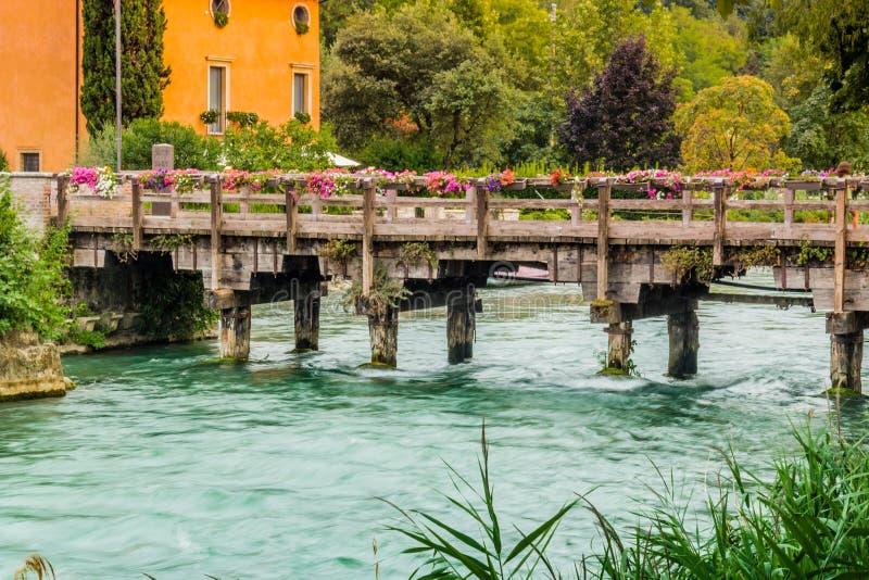 Wateren en oude gebouwen van Italiaans middeleeuws dorp stock fotografie