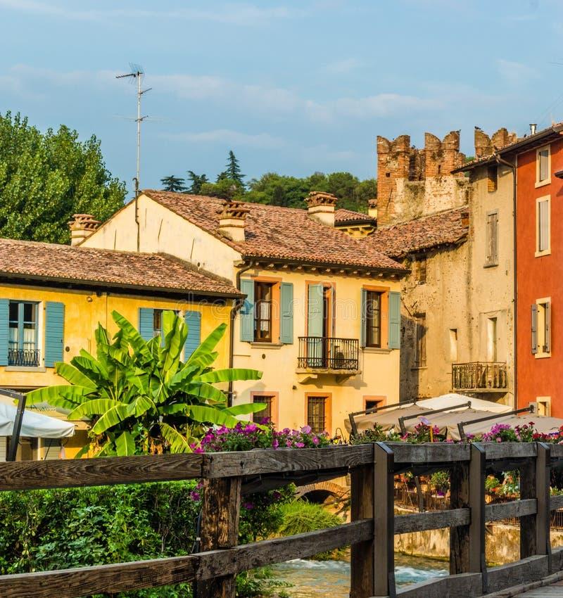 Wateren en oude gebouwen van Italiaans middeleeuws dorp stock afbeelding