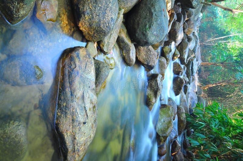 Waterfal bajo con la exposición larga del agua tranquila imagen de archivo libre de regalías