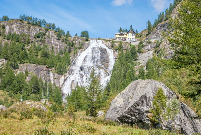 Waterfall Cascata Del Toce im September stockfotos
