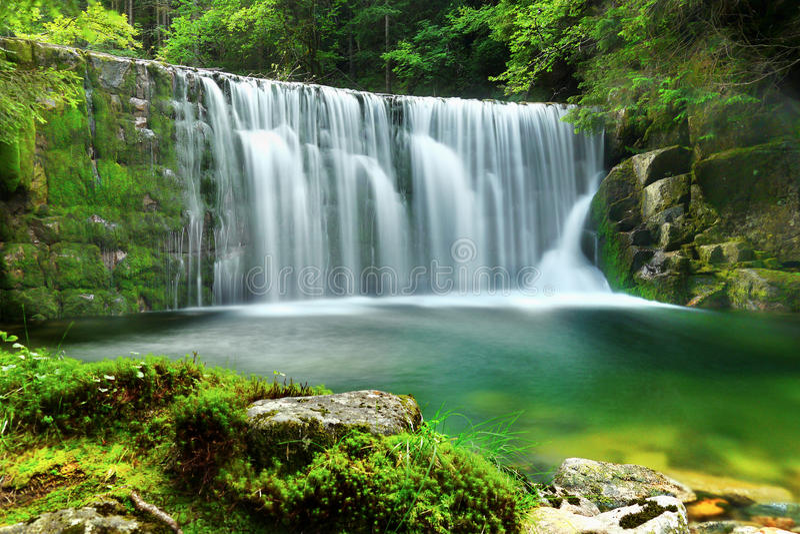 Waterfalls鲜绿色湖森林风景 库存图片