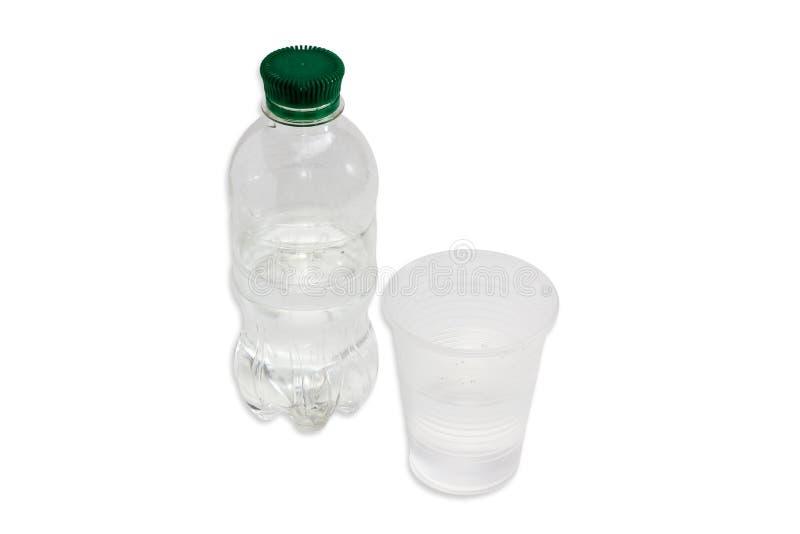 Waterfles en plastic kop met water stock fotografie