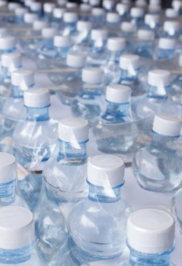 Waterflessen in plastic omslag royalty-vrije stock afbeeldingen