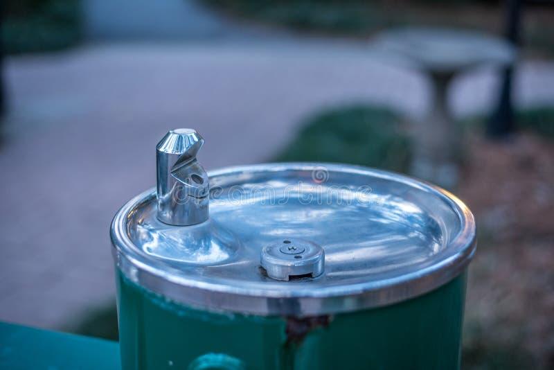 Waterfontein die in het Park stromen royalty-vrije stock foto's