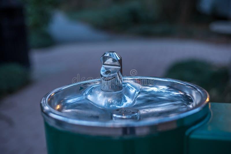 Waterfontein die in het Park stromen stock afbeeldingen