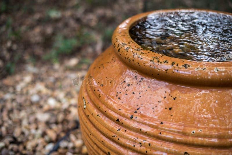 Waterfontein die in het Park stromen royalty-vrije stock afbeeldingen