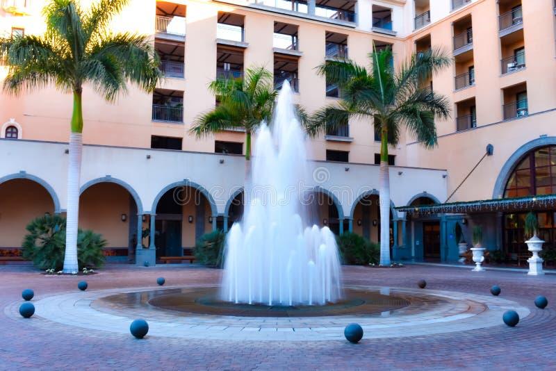 WATERfontein IN EEN HOTELterras stock afbeelding