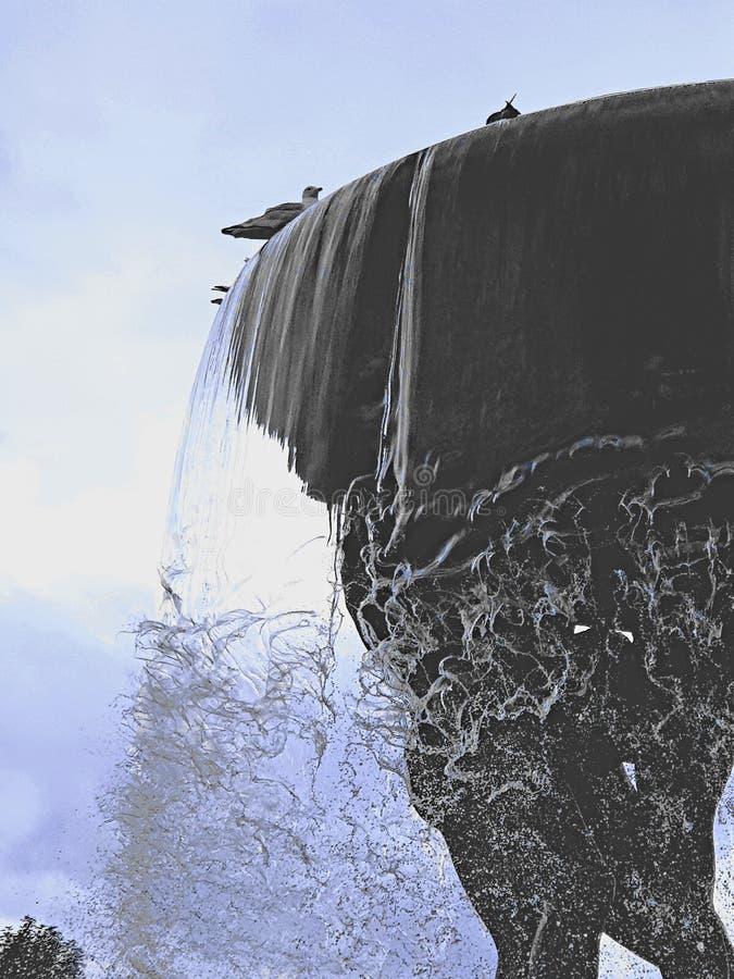 Waterfontein in Oslo, Noway Duidelijk water die over de rand met vogels draperen die op bovenkant wordt neergestreken stock afbeelding
