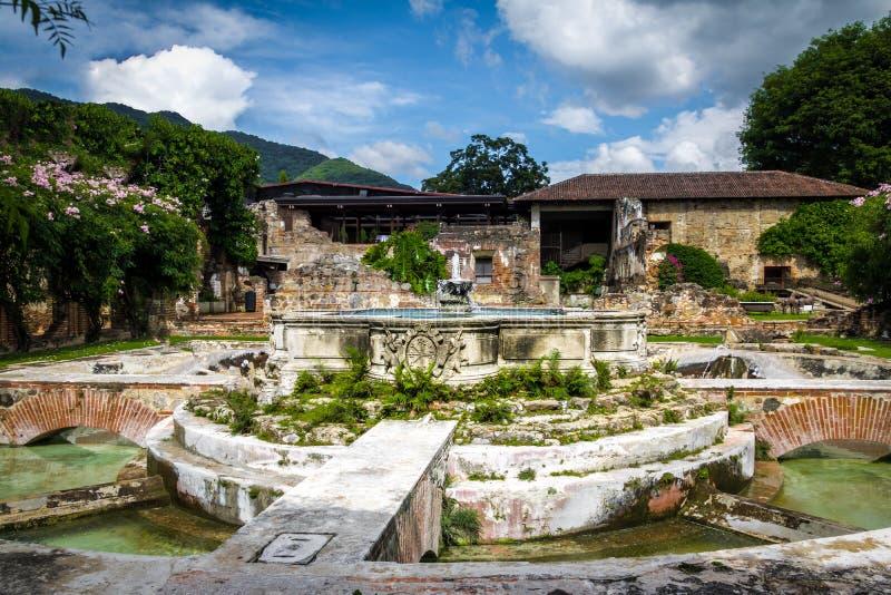 Waterfontein in oude kloosterruïnes - Antigua, Guatemala royalty-vrije stock foto's