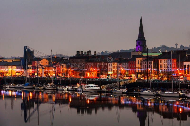 Waterford, Ирландию Панорамный взгляд городского пейзажа на ноче стоковое фото rf
