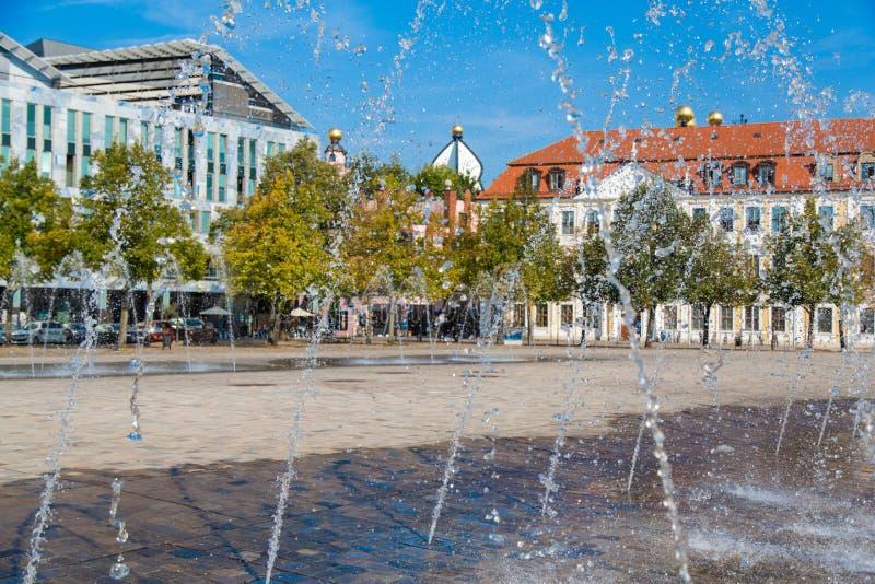 Waterfountains на квадрате собора и Landtag sachsen-Anhalt стоковое изображение rf