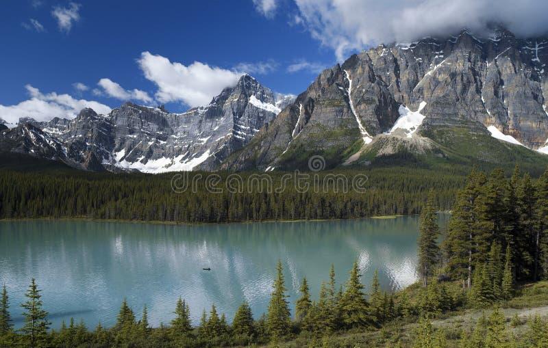 Waterfowl Lake i Banff nationalpark - Alberta - Kanada fotografering för bildbyråer