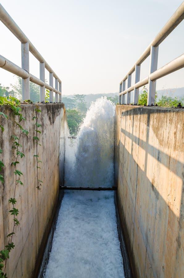 Watergate к стекать чистую воду стоковая фотография rf