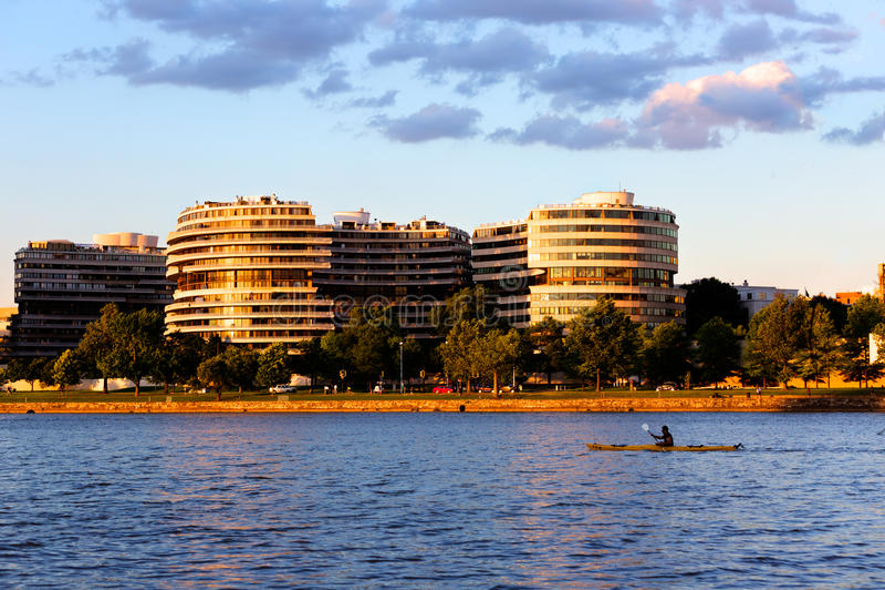 Watergate-Hotel und -wohnungen an der goldenen Stunde mit einem Kajak im Th lizenzfreie stockfotografie