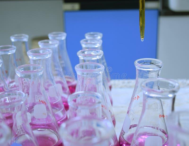 Waterhardheid het testen met Erlenmeyer-fles royalty-vrije stock afbeelding