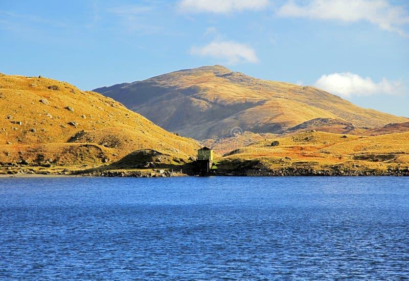 Waterhouse and Carnedd y Cribau across Llyn Llydaw stock photography