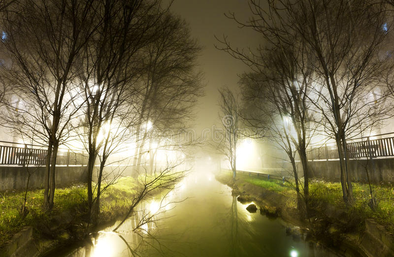 Waterkanaal bij nacht stock afbeeldingen