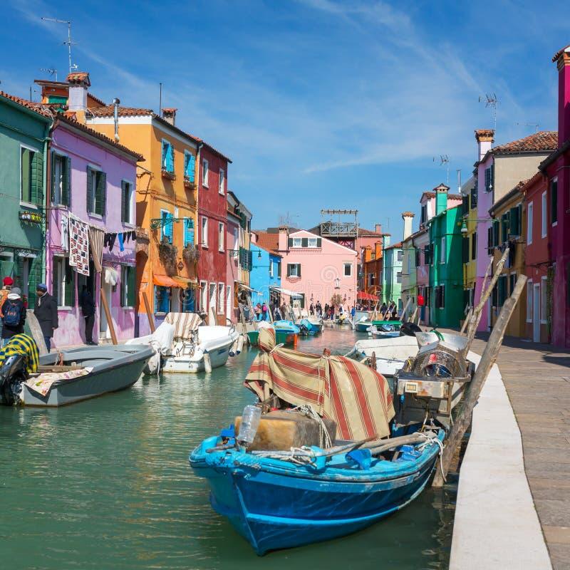 Waterkanaal en olorful huizen Ñ  in Burano, Venetië royalty-vrije stock fotografie