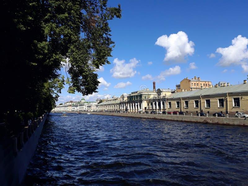 Waterkanalen en architectuur in het historische centrum van St. Petersburg stock afbeeldingen