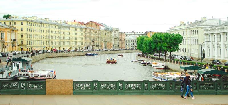 Waterkanalen van de stad van St. Petersburg, 2018 Mooie cityscape Één van het district in Moskou stock foto