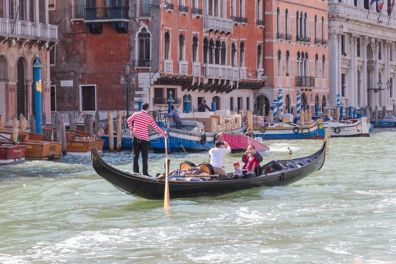 Waterkanalen van de stad van Venetië De toeristen van gondelierbroodjes op de gondel op Grand Canal in Venetië, Italië stock afbeelding