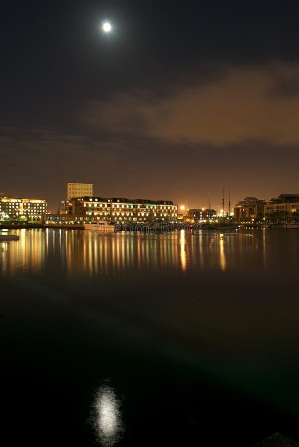 Waterkant bij Nacht royalty-vrije stock afbeelding